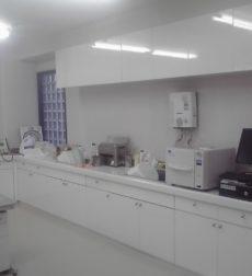 医療現場のポイントは清潔感!診療所のカウンター扉をリフォームした事例