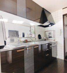 キッチンの扉をオリジナルのセンス溢れるデザインでリフォーム