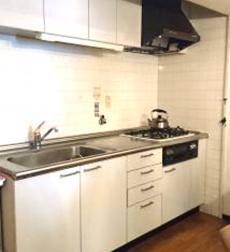 扉だけをリフォームして明るいキッチンを実現したマンションの事例