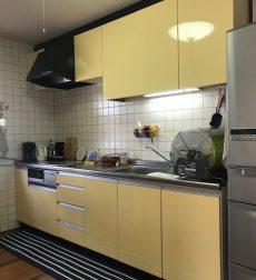 キッチン扉の色味をリフォームして優しい印象に一新した事例