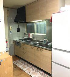 キッチン扉をリフォームして機能的に明るいキッチンを実現した事例