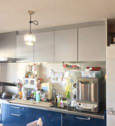 キッチン扉をリフォームすることで、鮮やかで個性的なキッチンに生まれ変わった事例